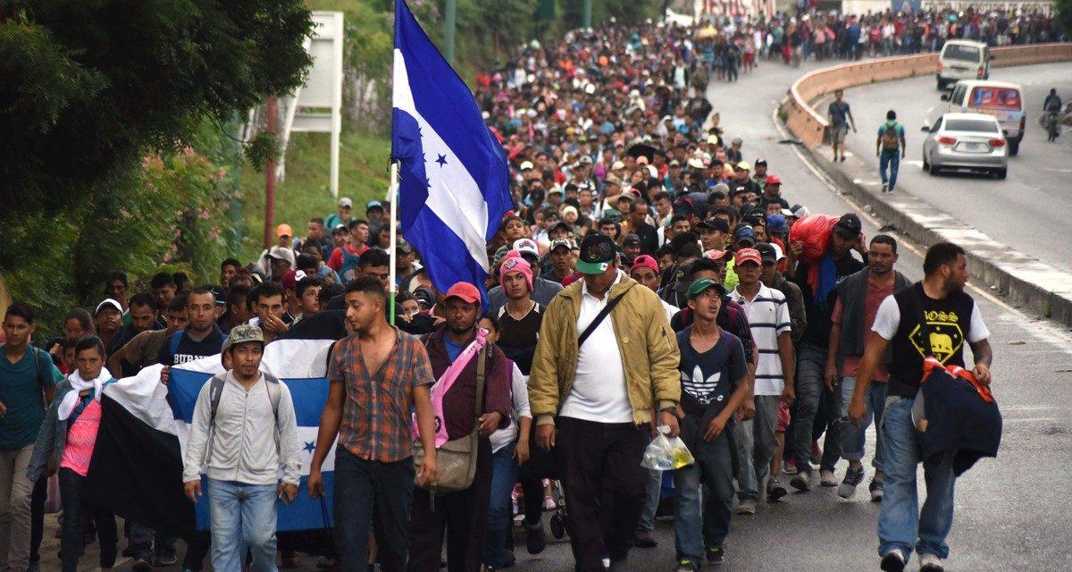 Caravana migrante entra a México; se aplicará la ley, dice Videgaray
