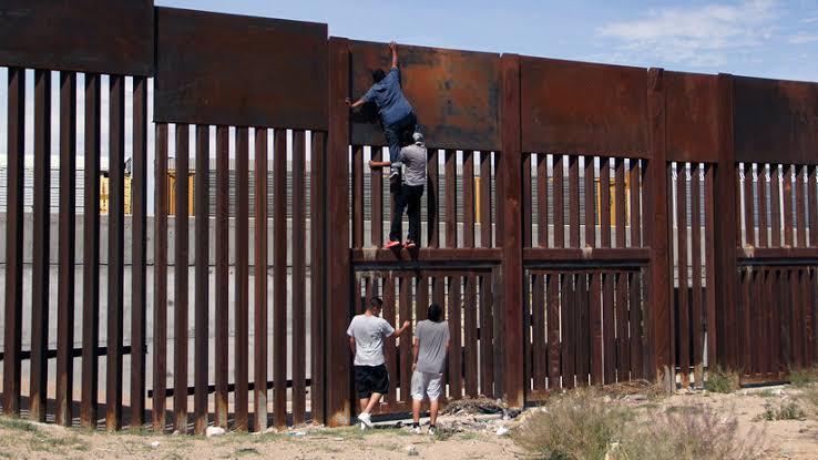 Y cuando despertaron del sueño, el muro seguía ahí