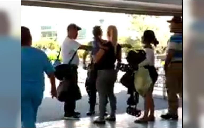 Guardia de macrobús agrede a mujer con bebé en brazos