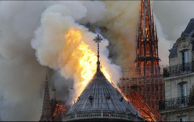 Se incendia la catedral de Notre Dame, en París
