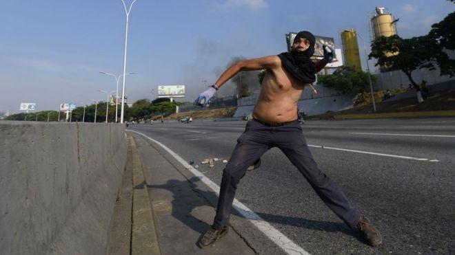 Alzamiento militar en Venezuela; reportan enfrentamientos