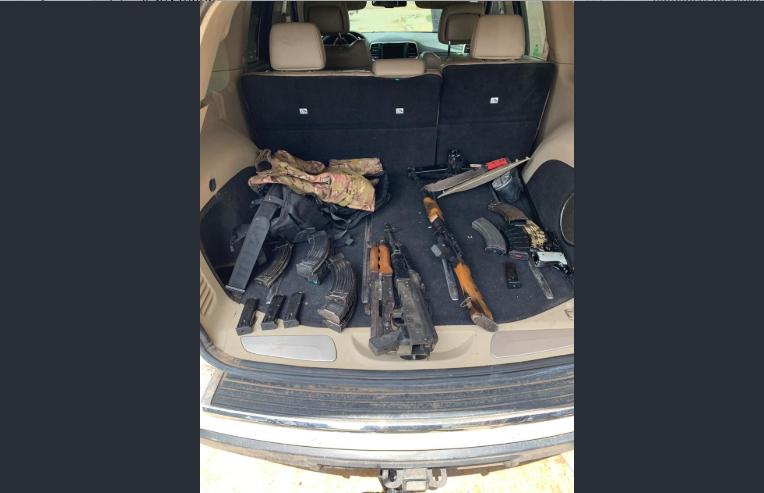 Aseguran arsenal y droga: hay tres detenidos