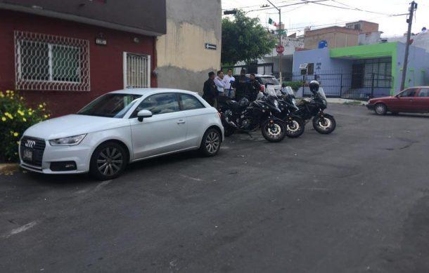 Localizan vehículos robados en menudería, pero sin arma de agente