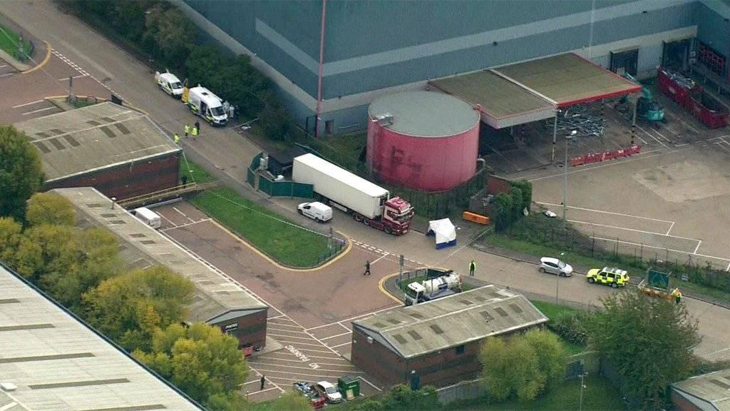 Localizan 39 cadáveres al interior de camión en Reino Unido