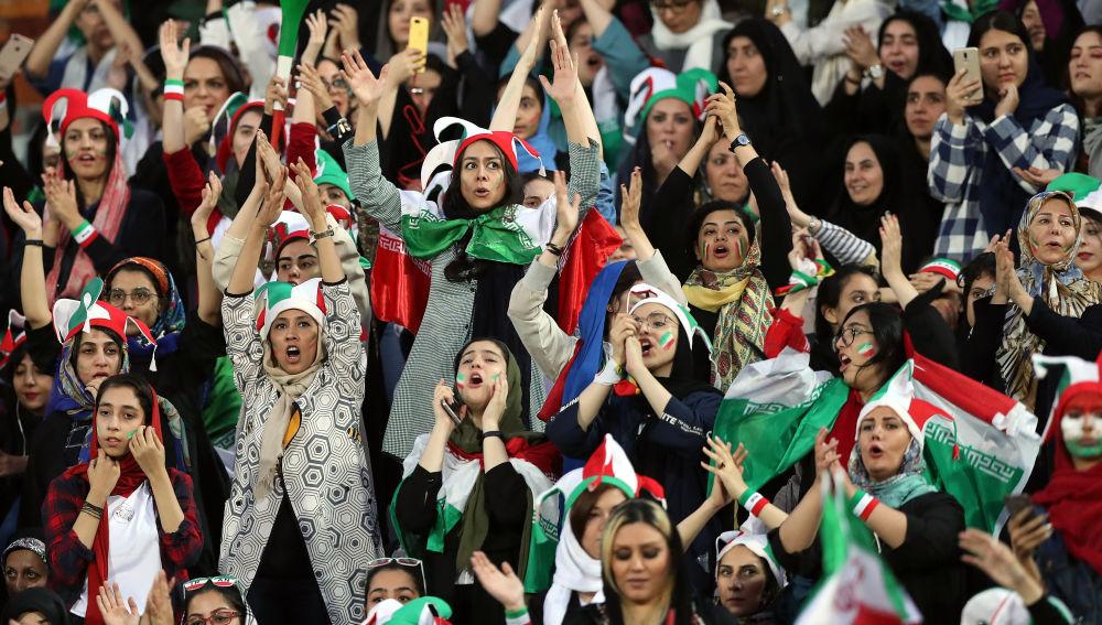 Tras casi 40 años, ingresan mujeres a estadio en Irán