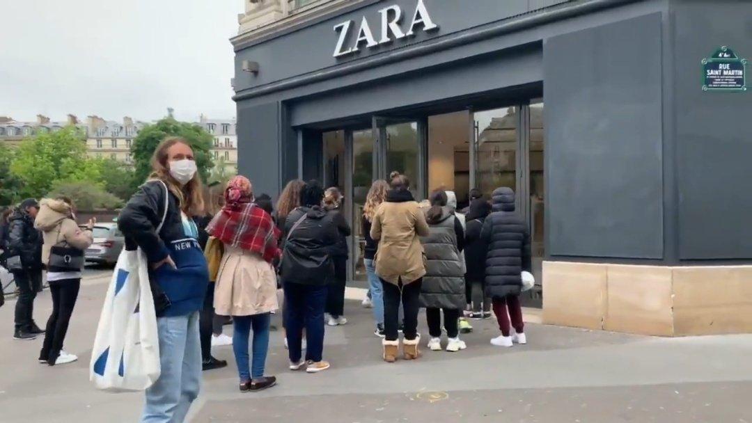 Tras Covid-19, largas filas para comprar ropa en Francia