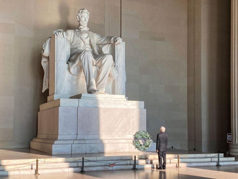 Ante Lincoln y Juárez, López Obrador rinde homenaje en Washington