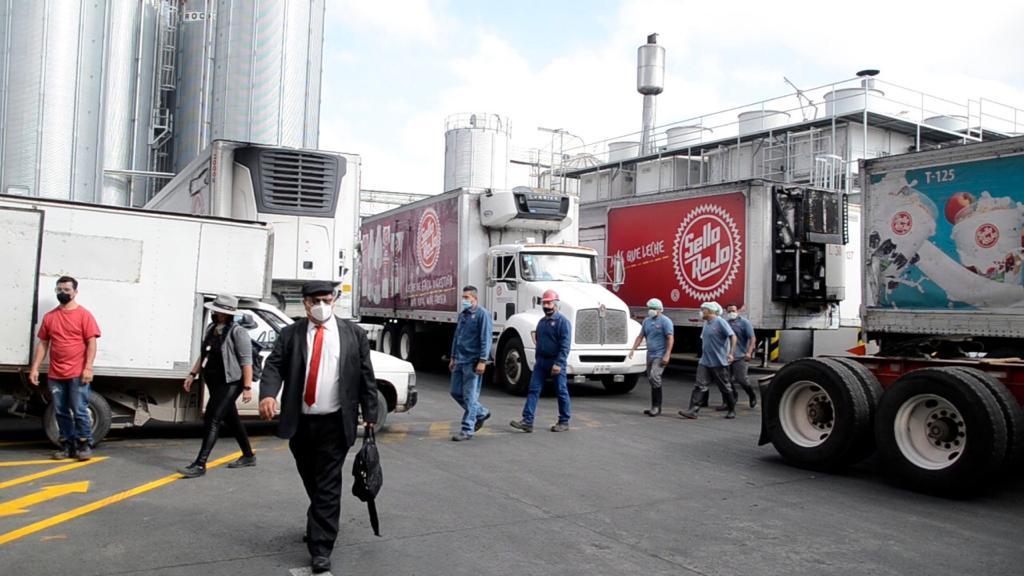 Sin pago, empleados de Sello Rojo por conflicto entre accionistas